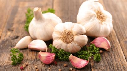 लहसुन खाने के 10 स्वास्थ्यवर्धक लाभ – रखे सेहत को दुरुस्त