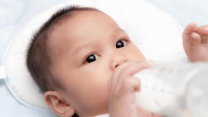 बच्चे को बोतल से दूध पिलाने के फायदे और नुकसान
